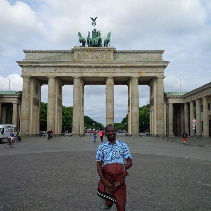 Geofrey Nsubuga vor dem Brandenburger Tor