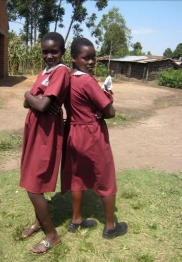 Zwei Mädchen Rücken an Rücken