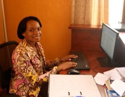 Junge Frau vor einem Computer